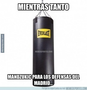 MMD_508769_mientras_tanto_mandzukic_para_los_defensas_del_real_madrid